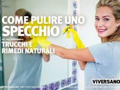 Donna che pulisce uno specchio con metodi naturali