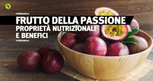 Frutti della passione interi e a fette sopra un tavolo