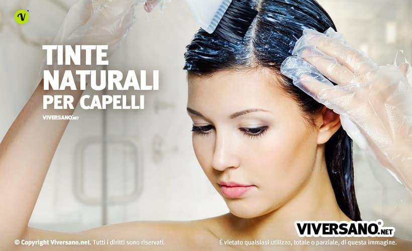 Donna che utilizza una tinta per capelli naturale