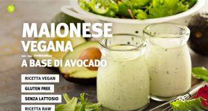 Immagine di vasetti pieni di maionese vegana e avocado sullo sfondo