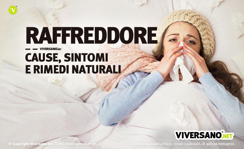 Donna che si soffia il naso a letto col raffreddore