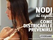 Donna che si liscia i capelli con un pettine di legno