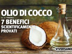Noce di cocco aperta e olio di cocco in una boccetta