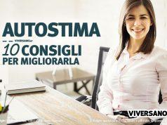 Immagine di donna felice seduta alla scrivania