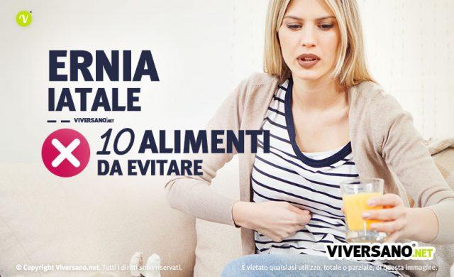 Immagine di donna che preme sulla pancia dolorante a causa dell'ernia iatale