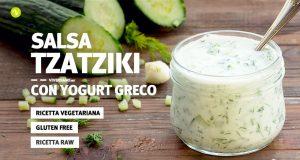 Immagine di vasetto pieno di salsa greca tzatziki e cetrioli sullo sfondo