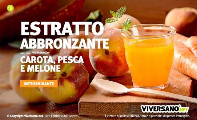 Immagine di pesche, carote e un bicchiere pieno di estratto antiossidante colorato di arancione