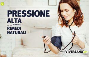 Immagine di donna si misura la pressione sanguigna