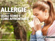 Donna allergica che si soffia il naso