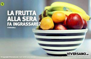Cesto di frutta mista sopra un tavolo