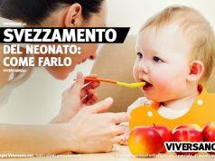 Neonato che mangia la prima pappa durante lo svezzamento