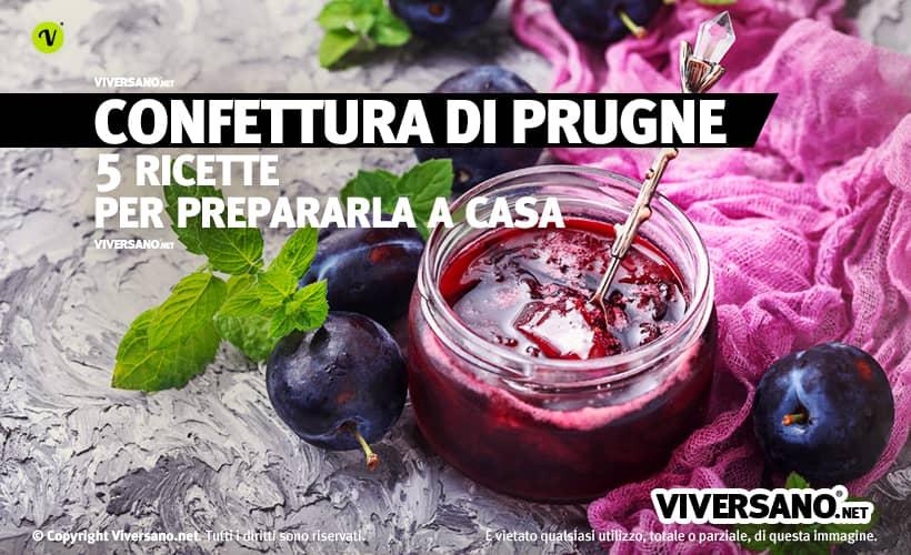 Marmellata di prugne con frutti interi sopra un tavolo